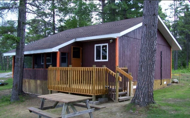 Cabin 4 patio deck and picnic table.